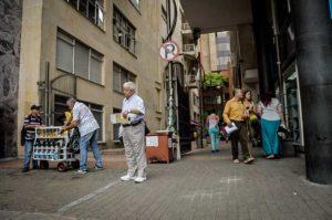 Las relaciones humanas de todo tipo, llevadas a cabo en el espacio público, poco a poco van configurando las ciudades. Una entramada simbiosis urbana que va de lo físico a lo humano, y viceversa