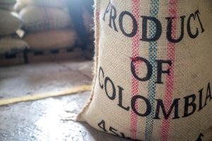 Jhon, un comerciante de café verde en un municipio del occidente de Risaralda, se despierta a verificar el precio de la libra en la bolsa de valores.