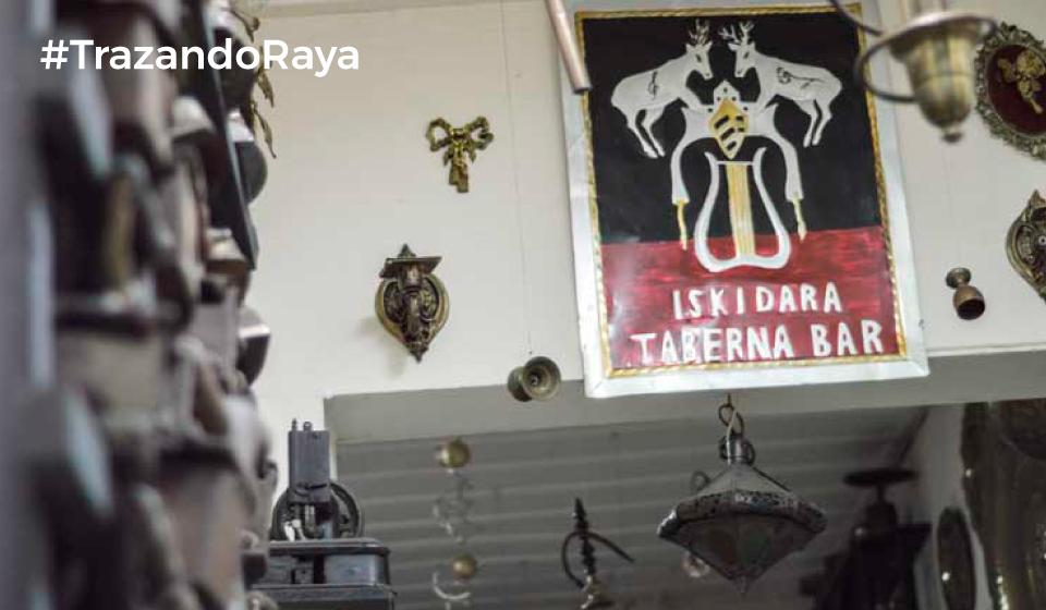 Iskidara taberna, un museo de objetos de segunda mano, la mayoría de ello en cobre, donde , generalmente, lo que más suena son baladas de los 70s