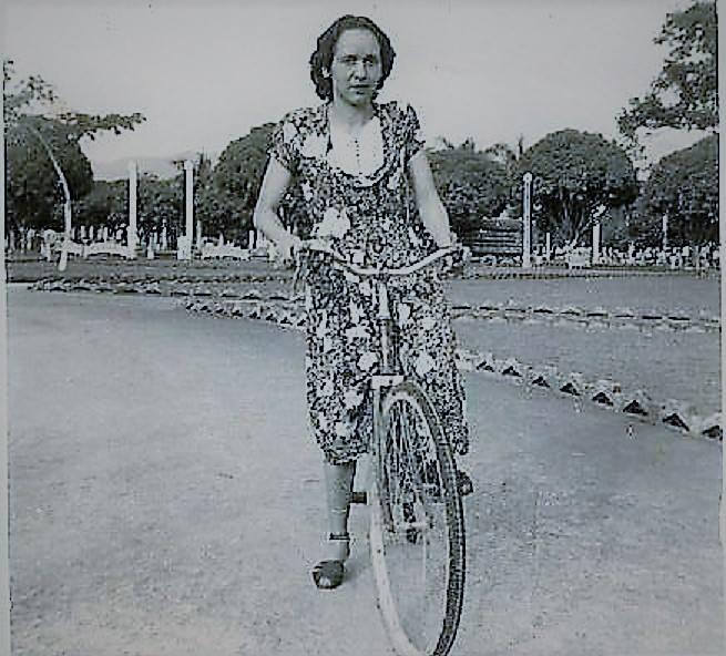 """Retratos del Parque Olaya Herrera: """"Foto tomada en el Parque Olaya de Pereira cuando alquilaban las bicicletas, creo que es de los 50s-60s. Foto del álbum de Gil Osorio"""" / Fotografía compartida por Diana María Duque en el grupo de Facebook """"Fotos Antiguas de Pereira"""""""