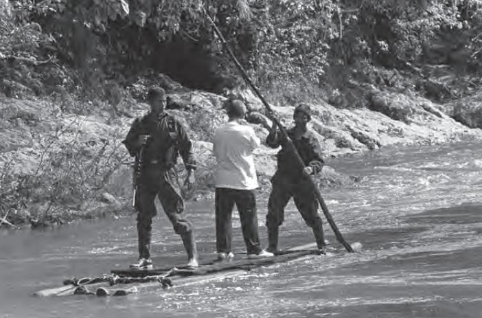 Camino a la liberación de uno de los secuestrados del avión de Avianca, río Santo Domingo en la serranía San Lucas. Fotografía: Jesús Abad Colorado © julio de 2000.