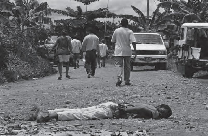 En medio de la disputa territorial entre actores armados ilegales y legales en Urabá fueron asesinados decenas de campesinos y obreros bananeros. Fotografía: Jesús Abad Colorado © septiembre de 1995.