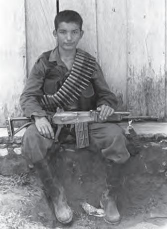 El reclutamiento ilícito por parte de los grupos armados ilegales ha sido constante en el país. Serranía de San Lucas, sur de Bolívar. Fotografía: Jesús Abad Colorado © 2000.
