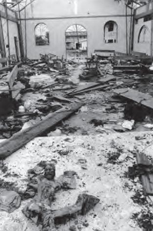 Las FARC lanzaron un cilindro bomba (prohibido por el DIH) que causó la muerte de 79 personas al explotar en una iglesia donde se refugiaban sobre todo mujeres, niños y niñas. Fotografía: Jesús Abad Colorado © mayo 2002.