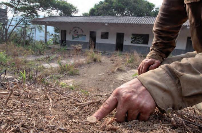 Habitante de San Carlos señala una mina antipersonal encontrada en una escuela de la vereda La Mirandita. Fotografía: Jesús Abad Colorado, CMNH 2010.