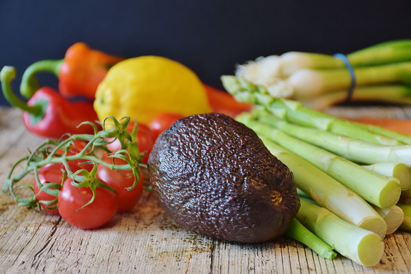 El aguacate, los tomates y los esparragos son alimentos ricos en antioxidantes