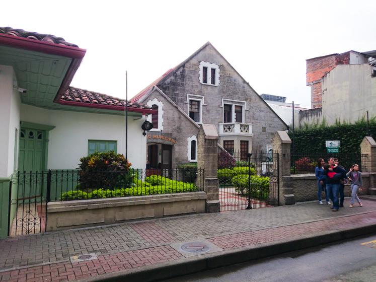 Casas de Luis Carlos González y Jorge Roa Martínez. Actualmene funciona allí el Concejo de Pereira.