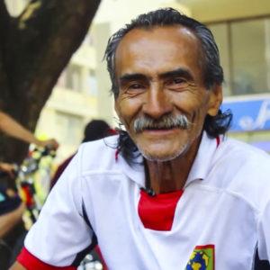 Un artista que trabaja con monedas en la Plaza de Bolívar de Pereira. Foto por: Diego Val